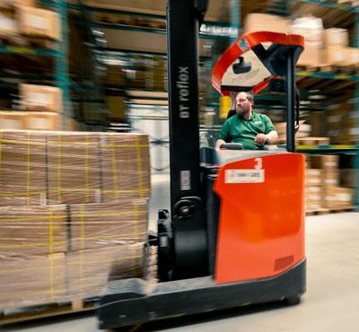 WKK medewerker op heftruck zorgt voor snelle levering
