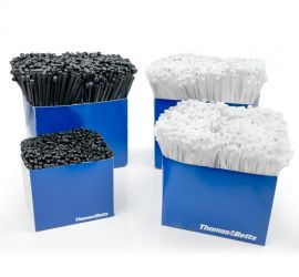 Vier blauwe werkbankboxen met polyamide 6.6 Ty-Rap® kabelbinders in verschillende afmetingen en kleuren.
