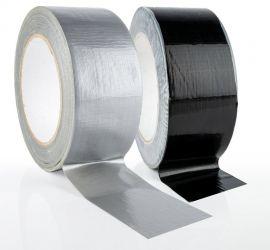 Een rol grijze duct tap en een rol zwarte duct tape, op een witte achtergrond.