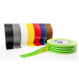Acht rollen PVC tape naast elkaar in de kleuren zwart, grijs, wit, geel, rood, blauw en bruin, en een geel/groene rol ervoor liggend, op een witte achtergrond.