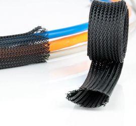 Een opgerold stuk vlechtkous, naast een vlechtkous met verschillende kabels er doorheen gevoerd, op een witte achtergrond.