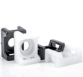 Twee zwarte en twee witte zadels met schoefbevestiging voor kabelbinders, op een witte achtergrond.